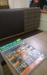 Metsäalan Ammattilehdet ovat suosittuja lukulehtiä huoltoasemilla ja taukopaikoilla - kuvan lehteä luetaan Shell Ylämyllyllä