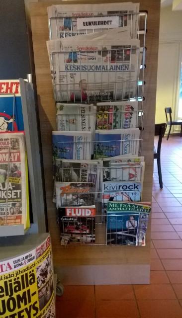 Metsäalan Ammattilehti, Kivirock ja Fluid Finland huoltoaseman lukulehtitelineessä Äänekoskella