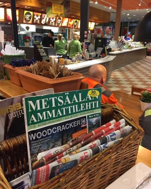 Metsäalan Ammattilehti on vakioluettavaa Vaajakosken ABC:n lehtihyllyssä
