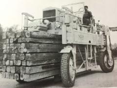 Valmetin valmistama laudankuljetusauto Lukki, jossa lautanippu lastattiin auton renkaiden väliin