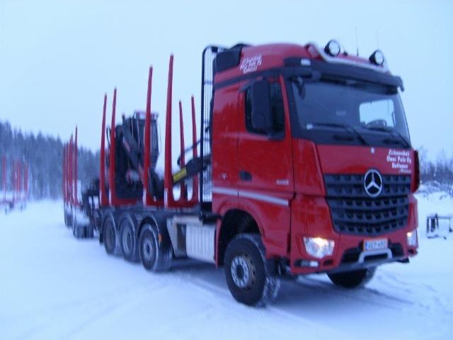 68 tonninen yhdistelmä neliakselisella autolla ja vaunulla.