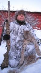 Tyytyväinen metsämies Kimmo Alakoski ja komea ilves