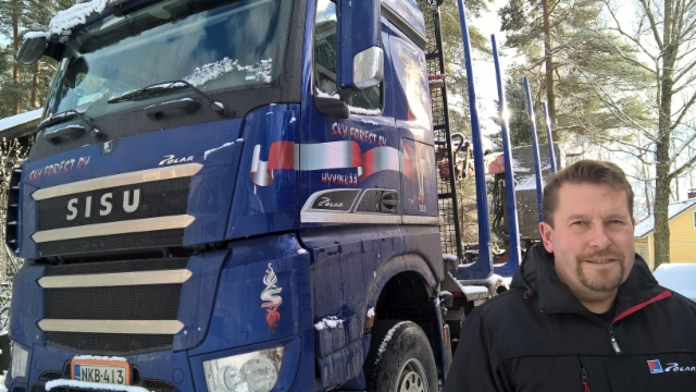 TerminatorPolarin kapteeni on Jouni Forström. - Autossa Terminator XXL 8.8 CE pankkosarja suomen tilavimmalla kuormatilalla. Vaunussa 8 kpl Terminator XXL 8.8 pankkoa - Alucarin vertailutestipankot - ja Suomenlipun sinisinä nekin.