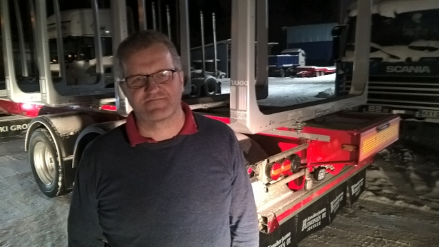 Jari Riikonen varustelee puutavara-autot ja myy MST perävaunut Suomessa. Myös käytettyja