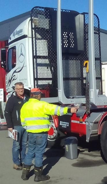 Jari Riikone suunnittelee, myy ja varustelee puutavara-autot ja perävaunut kautta Suomen. Myös telitykset ja uudet vaunut.
