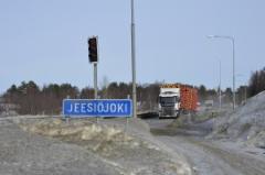 Jättirekan lähestyessä Jeesiöjoen siltaa Sodankylässä, kuljettaja Aki Suoraniemi painaa nappia autossa, jolloin sillalle asennetut liikennevalot heräävät henkiin.