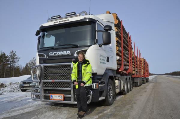 Ruotsalainen kuljettaja Johanna Funck pääsi kokeilemaan, miltä tuntuu ajaa yli satatonnista yhdistelmää.
