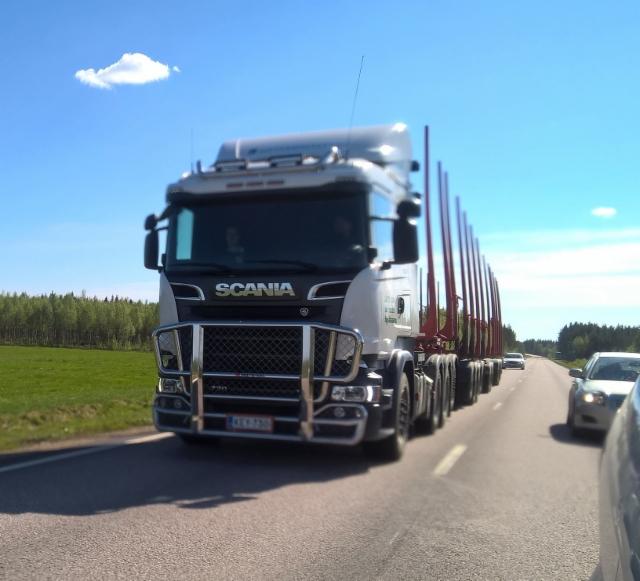 Ketosen Kuljetuksen sataneljätonninen puutavarayhdistelmä.