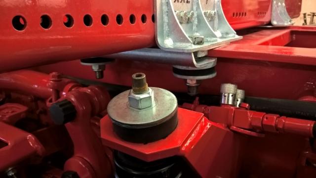 Iskun- ja tärinänvaimennuskumit ovat tässä Scanian kakkosakselisarjassa ja Terminatorkiinnikkeissä toimivia ja täysin samaa tekniikkaa.
