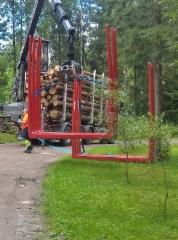 Pankkokuorman purku puutavaranosturilla.