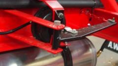 Weckmanin ilmakiristin on integroitu vaunun runkorakenteisiin. Se on kevyt ja pitkäiskuinen.