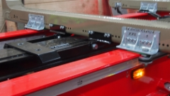 Kaksi siirtyvää takanippujen säätövälipankkoa on lukittu teräksiseen siirtokottiin.