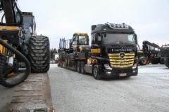 Uusia Ponsse metsäkoneita lähtee Vieremältä maailmalle Mercedes-Benz Actros kuorma-autolla ja Siimet lavetilla