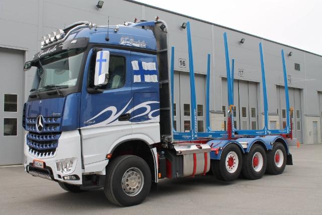 Kuljetus J.T. Raukola Oy on kuljettanut keväästä lähtien puutavaraa sinivalkoisin värein tällä upealla Mercedes-Benz Arocsilla. Hyvää itsenäisyyspäivää kaikille!