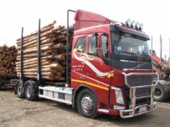 Kuljetusliike Enbuska Oy:n 28 tonninen kevytrakenteinen ja suurikuormatilainen siirtoauto on edelleen tuottava ja toimiva pitkissä siirroissa, joissa purkukone purkaa kuormat.