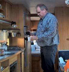 KUORMATILAA-kertuevaunun maittavista tarjoilusta vastaavat Markku,Heikki ja Jari.