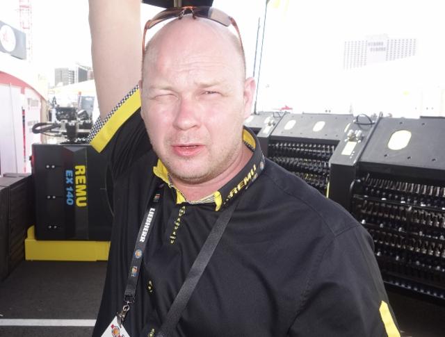 Juha Salmi esitteli Remu seulakauhoja Amerikan konemiehille.