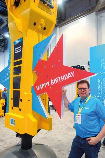 Atlas Copco HB10000 hydraulivasara täytti 10 vuotta - Kimmo Alakoski oli saapunut paikanpäälle juhlistamaan tapausta.