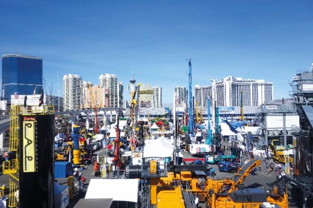 Las Vegasin messukeskuksen kuuman auringon alle levittäytyi suuret ulkoalueet ja valtavat näyttelyhallit täynnä työkoneita.