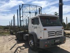 Volkswagen 24-310 Worker puutavara-auto puoliperävaunulla (Ponssen Uruquayssa olon 10-vuotisjuhlat Paysandussa ja uuden palvelukeskuksen avajaiset)