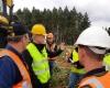 Ponssen hakkuupäiden tuotepäällikkö Janne Loponen kertomassa Etelä-Afrikkalaisille asiakkaille miten tehdään viimeisen päälle säädöt hakkuupäähän.