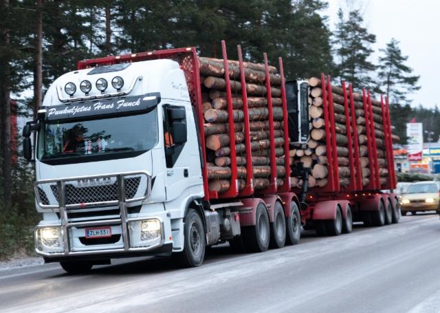 Puukuljetus Hans Funckilla on nyt puunajossa kaksi Ivecoa Stralista - molemmat hankittu Niemi-Korvelta.