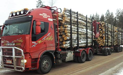 Kuljetus J & O-P Jokinen Ky:n toinen puutavara-auto on Iveco Stralis vuosimallia 2012