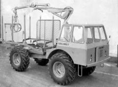 """Vuonna 1965 Valmet esittelee ensimmäisen kuormatraktorinsa. Sille annetaan tyyppimerkintä Valmet Terra 865AK, jossa A kuvaa ensimmäistä sarjaa ja K tulee sanasta """"kantava"""""""