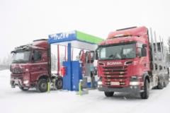 Kuljetus Villman Oy:n Scania ja Papinaho Oy:n Mercedes-Benz tankilla Äänekosken Nesteellä