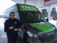Puutavara-autoilija Harri Ojanperä matkusti Mediamobiilin kyydissä Äänekosken Metsä Groupin tehtaalta Jyväskylään Koura-Autojen varikolle