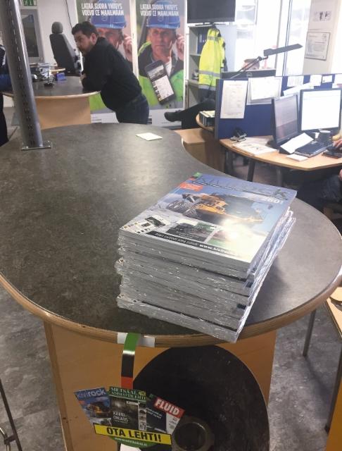 Ammattilehden tuotteet näkyvät jatkossa alan liikkeissä uudella iloisella OTA TÄSTÄ -lätkällä varustettuna - Kivirock lehdet Volvo CE:n myymälässä Vantaalla.