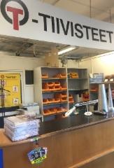 Ammattilehden tuotteet näkyvät jatkossa alan liikkeissä uudella iloisella OTA TÄSTÄ -lätkällä varustettuna - Fluid Finland lehdet Tiivistekeskuksen myymälässä Vantaalla.