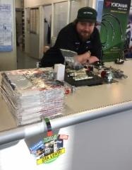 Ammattilehden tuotteet näkyvät jatkossa alan liikkeissä uudella iloisella OTA TÄSTÄ -lätkällä varustettuna - Fluid Finland lehdet Nestepaineen myymälässä Vantaalla.
