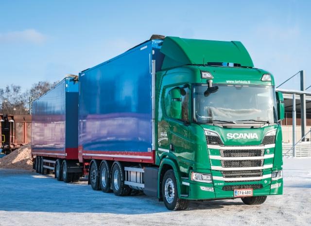 Tarkkalan Kuljetus Oy:n Scania R 580 8x4*4 Laurellin ketjupurkavilla hakekoreilla