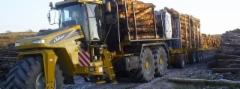Skotlannissa Caledonian Forestry Service on tehnyt mielenkiintoisen ratkaisun puun kuljettamiseksi suurella kertavolyymilla myös pehmeiltä mailta. Ajokoneen leveä etupyörä tasaa maan niin että syviä ajouria ei synny. Ja ohjaamonosturilla kuormaus.