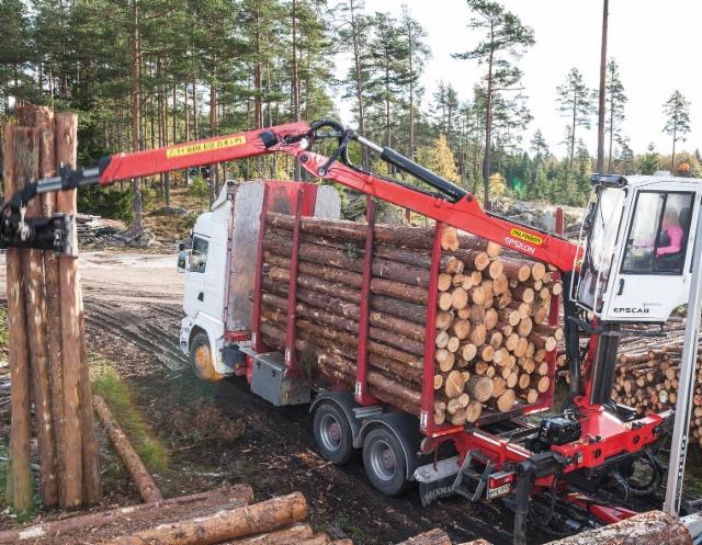 Mestarin matkassa - nuori puutavara-autoilija Jonna Matikainen näyttää hienoa esimerkkiä tekemisellään