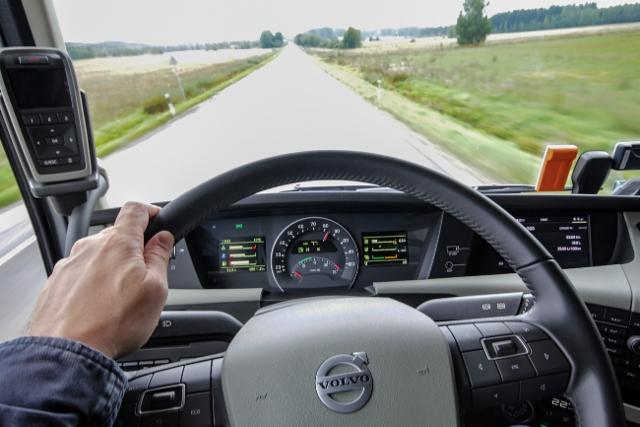 AMMATTILEHTI KOEAJAA: Parivertailussa Volvo FH 460 ja Volvo FH 460 LNG - Kulut kuriin LNG:llä