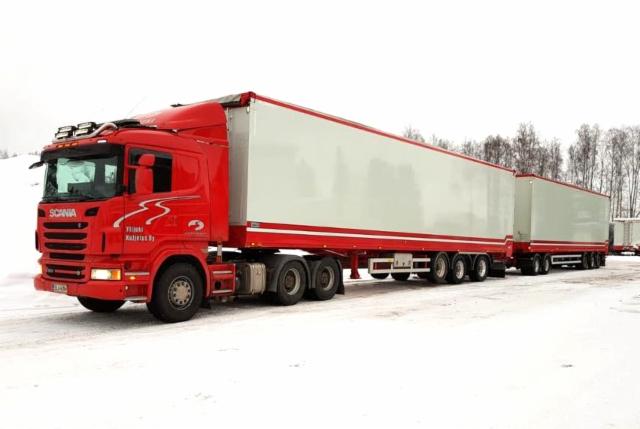Ylijoki Kuljetus Oy:n n. 33 metrinen HCT-yhdistelmä 76 tonnin kokonaispainolla energiaranka hakkeen ajoon terminaaleista voimalaitoksille.