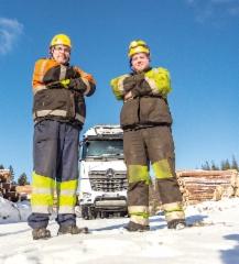 Kuljetus Raimo Laine Oy:n yrittäjä Jarmo Laine ja kuljettaja Sebastian Korkeela ajavat kahta vuoroa lumenvalkoisella tähtikeulalla.