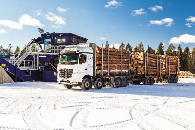 Kuljetus R. Laine Oy:n uusi Mercedes-Benz Arocs 3763 8x4 tukkikuormassa Vilppulassa Kinnaskosken sahalla. Perässä kulkee oman kylän tuote: aito Jyki.