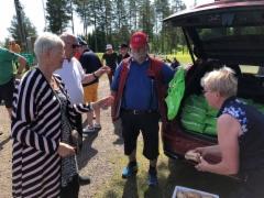 Jouni Porokka jakoi kaikille Pölligolfin osallistujille Ammattilehden Hyviä uutisia! eväskassit