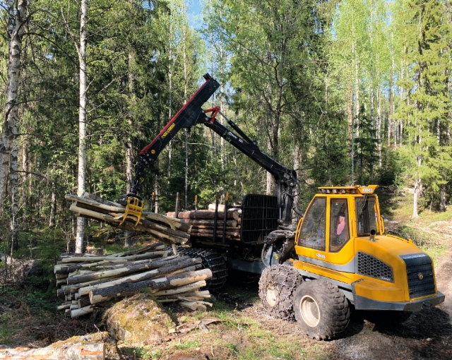 MV Metsäpalvelu Oy otti käyttöön tammikuussa 2019 uuden Sampo Rosenlew FR48 -kuormatraktorin.