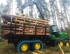 Metsänkorjuu Pulkkinen Oy:n John Deere 1910G kuormatraktori: Jättiläinen saapui Suomen metsiin