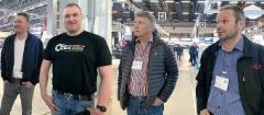 Kuljetusnäyttelyssä Iso-Pellisen veljekset Mats (vas.) ja Mika keskustelivat puutavara-autojen pumppuasioista Sunfabin Per Sundinin ja HAWE Finlandin Juha Äyrään kanssa. Per on Sunfabin omistajia; hänen isoisänsä Eric Sundin perusti myös Hiabin