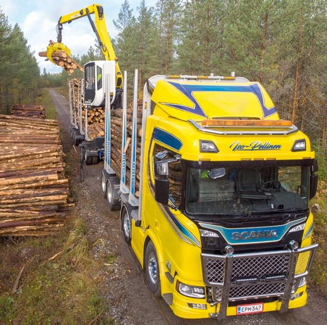 Kuljetus Iso-Pellinen Oy Evijärveltä ajaa puuta seitsemällä yhdistelmällä. Hydrauliikkavoima nosturille tuotetaan HAWE- ja Sunfab -pumpuilla