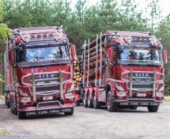 """Br. Holmberg Transport Ab:n Sisu Polar Timber -puutavara-autot ovat näyttävä pari; uusin toukokuun lopulla ajoon otettu Sisu (oik.) on nimetty""""Timber Limousineksi"""" ja muutaman vuoden hyvin palvellut auto """"Timber Expressiksi"""""""