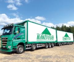 Hakevuori Oy on ottanut käyttöön täysin uudenlaisen hakkeenkuljetusyhdistelmän, missä vetoautona maastokykyinen 13 metrinen Sisu Polar 10x4 kolmella nousevalla ja kolmella kääntyvällä akselilla.