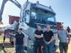 Mus-Maxin tehtaan huoltoinsinööri Rene Theissi (vas,) ja maahantuoja Powerforestin Atso Viitanen (oik.) järjestivät perusteellisen käyttöönottokoulutuksen Jonas ja Christer Mickokselle