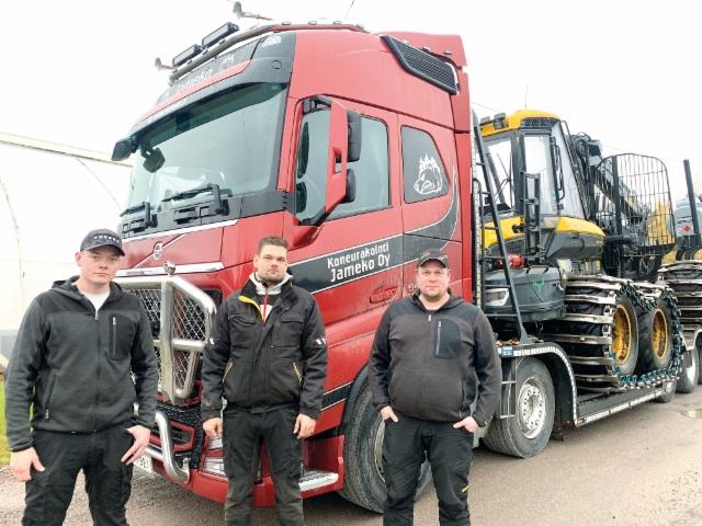 Veljekset Mikko (oik.), Pekka ja Jukka Jantunen jatkavat Koneurakointi Jameko Oy:n toisen polven yrittäjinä. Taustalla Ponsse Elk -kuormatraktori lähdössä työmaalle 5-akselisella Volvo FH -ritiläautolla.