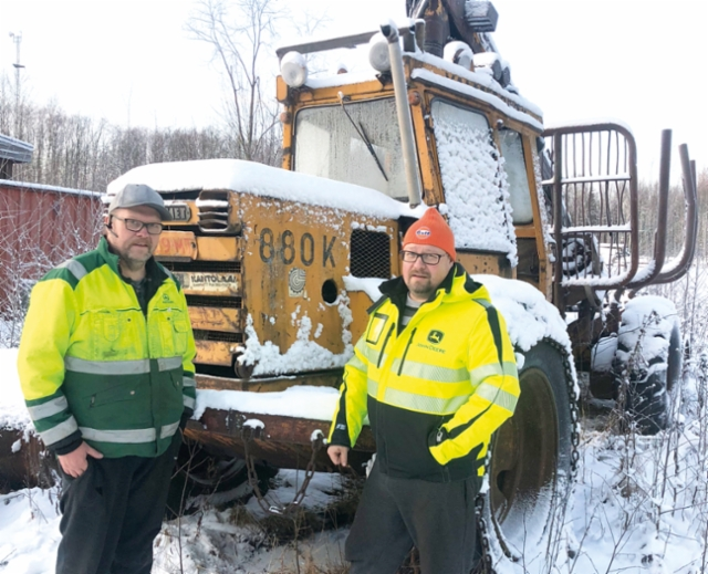Forest Vihavaisella on pitkä historia metsäkoneurakoinnissa; kuvassa yrittäjäveljekset Ari (vas.) ja Tomi Vihavainen vuonna 1972 uutena hankitun Valmet 880K kuormatraktorin vierellä, mikä odottaa entisöintiä.